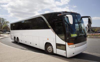 ¿Qué determina el precio de alquilar un autobús para excursiones y eventos?